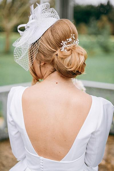 Photographie de la mariée avec un chapeau