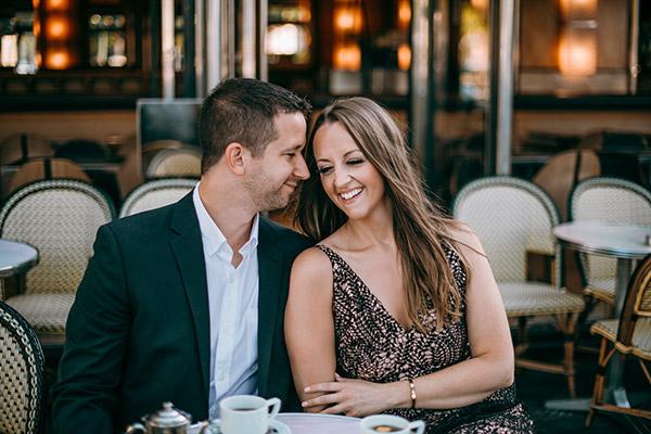 Couple à une terrasse posant pour une séance photo