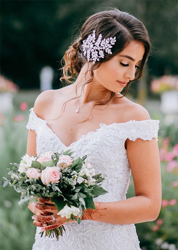 Photo de mariée avec des fleurs