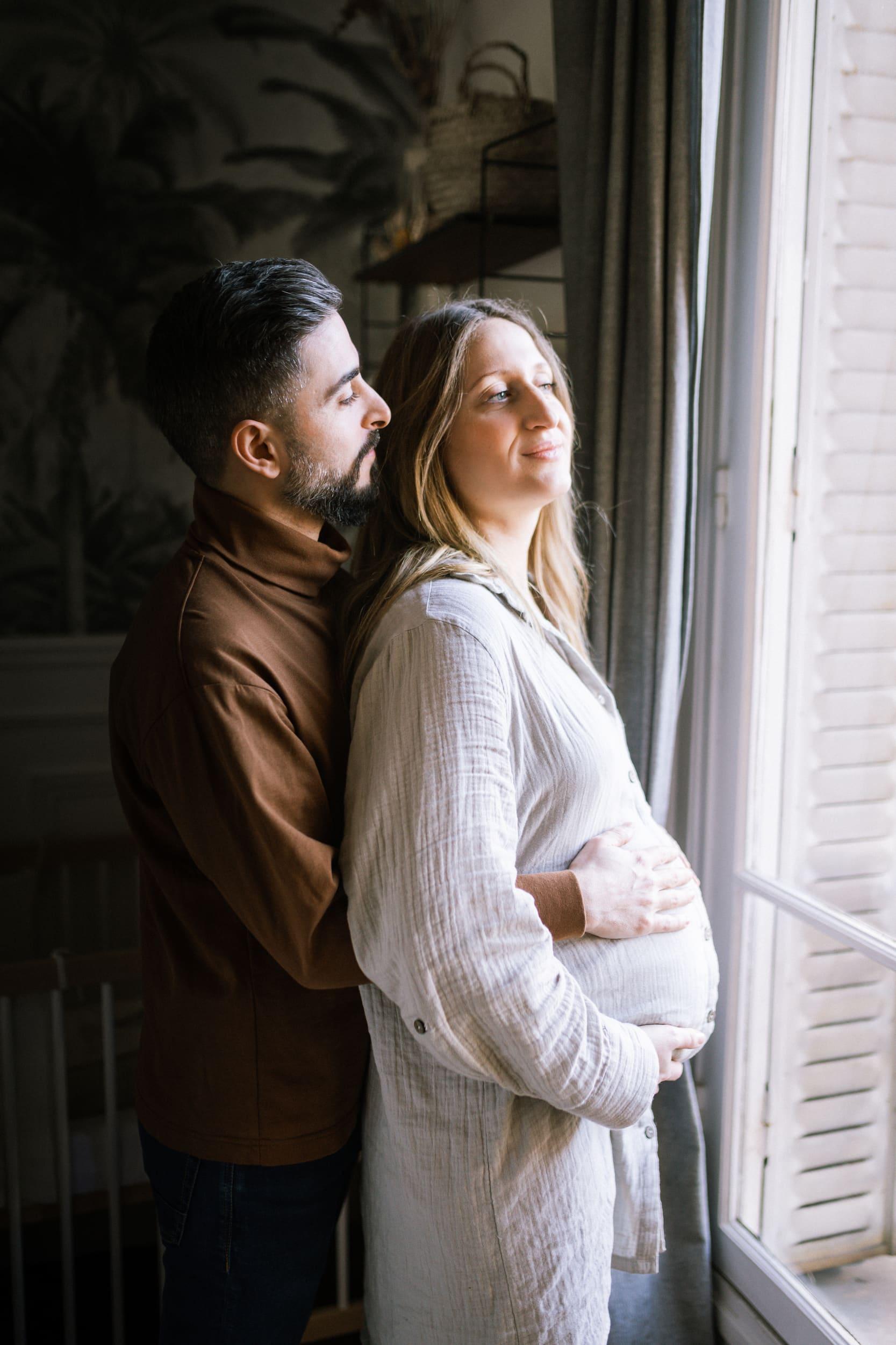 Batignolles grosesse-4415Photographe grosesse couple bebe Paris intérieur