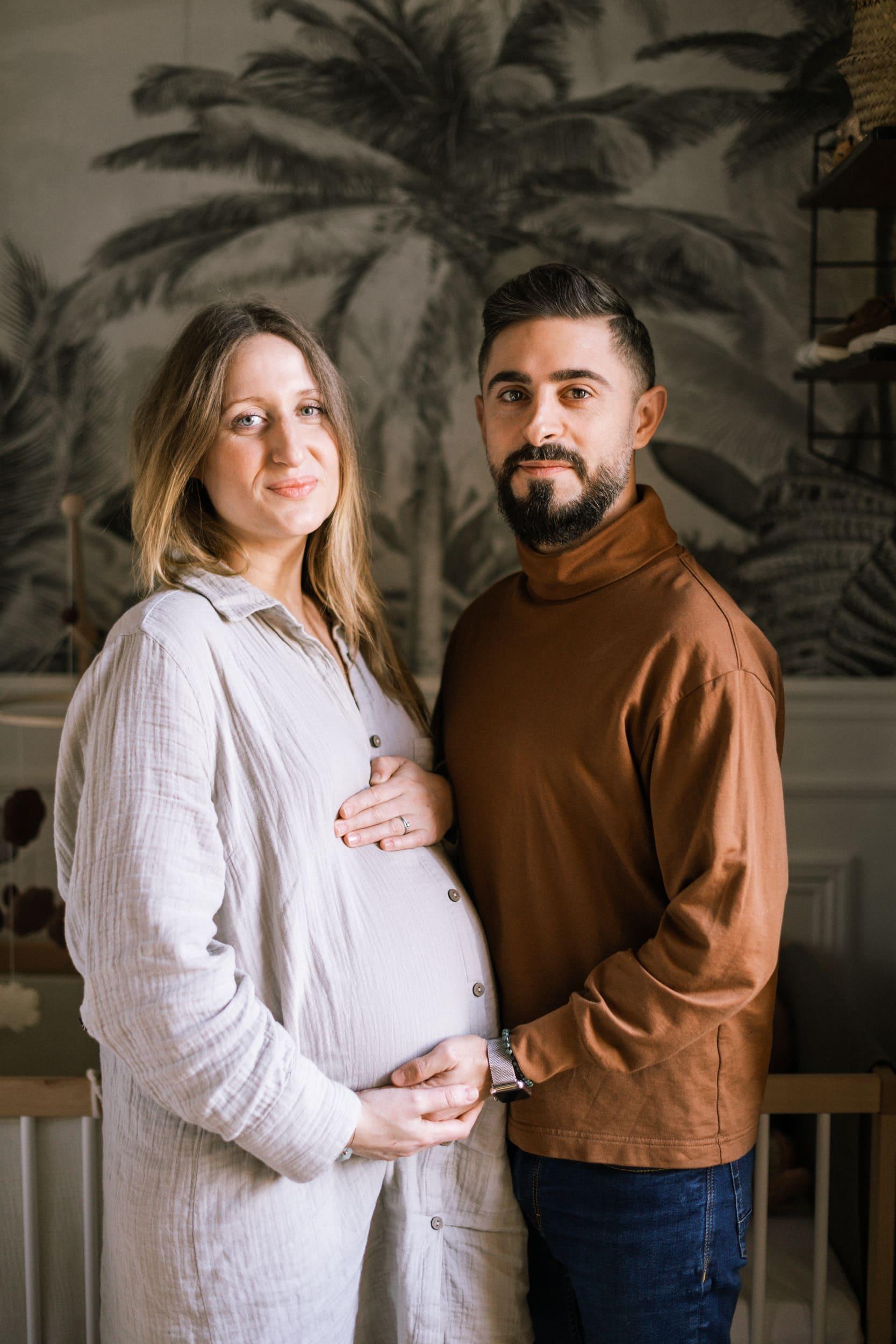 Batignolles grosesse-4455Photographe grosesse couple bebe Paris intérieur