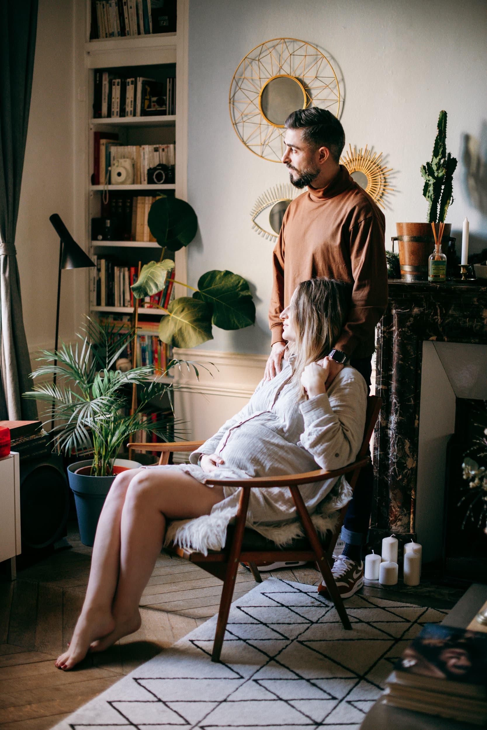 Batignolles grosesse-4457Photographe grosesse couple bebe Paris intérieur